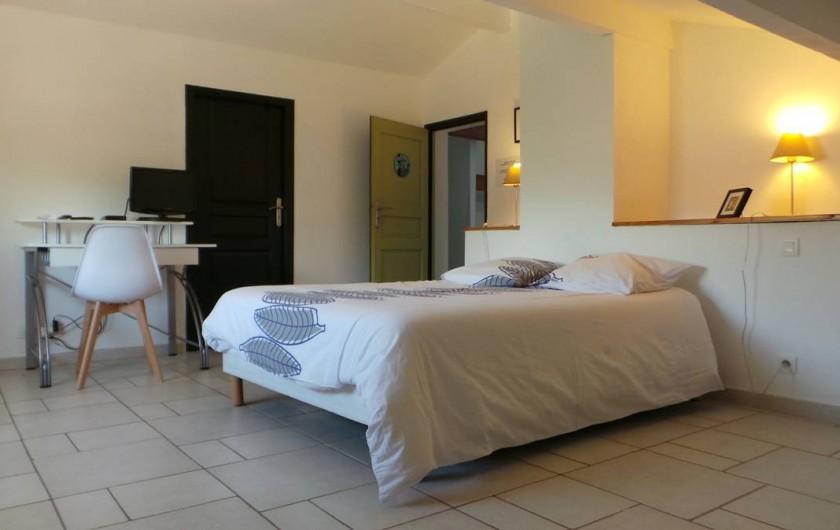 """Location de vacances - Villa à Bezouce - Chambre """"Picholine"""" lit en 140, tv, climatisation et salle d'eau privative"""