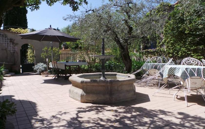 Location de vacances - Villa à Bezouce - Terrasse du gîte avec sa fontaine provençale