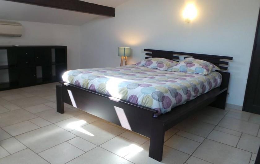 """Location de vacances - Villa à Bezouce - Chambre """"Mayette"""" 2 lits en 140 /120, tv, climatisation et salle d'eau privative"""