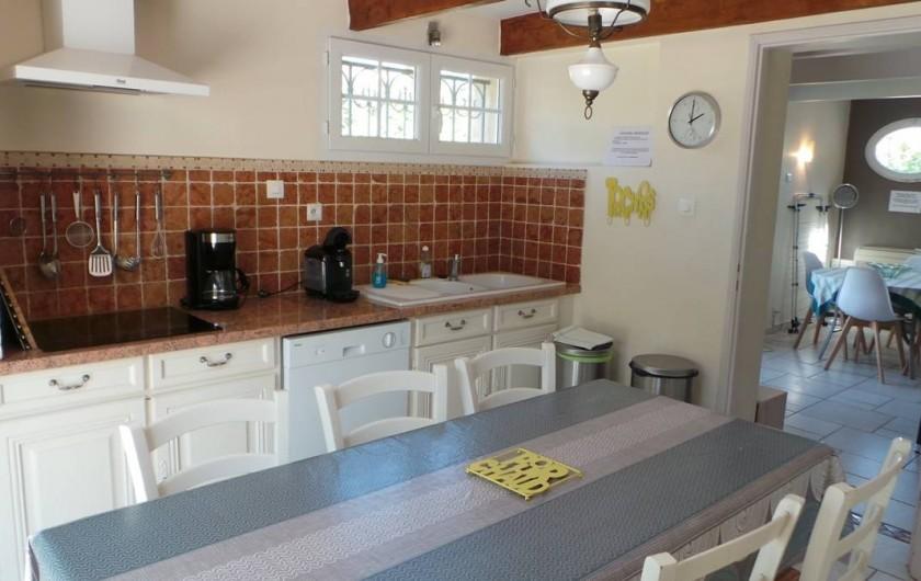 Location de vacances - Villa à Bezouce - La cuisine entièrement équipée (four, lave vaisselle, plaques induction…)