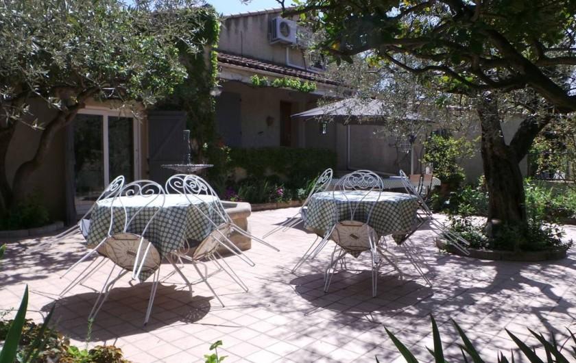 Location de vacances - Villa à Bezouce - La terrasse du gîte, arborée et très agréable