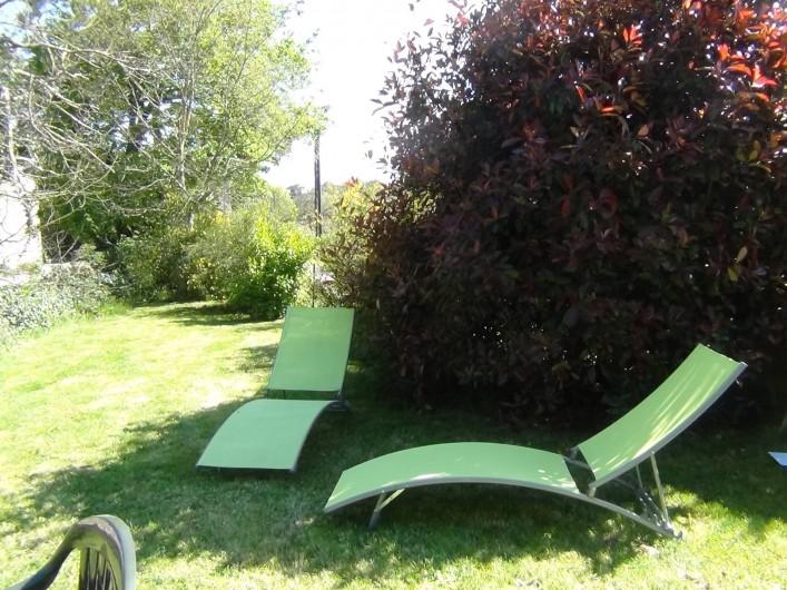 Location de vacances - Maison - Villa à Saint-Nolff - Jardin avec 2 bains de soleil