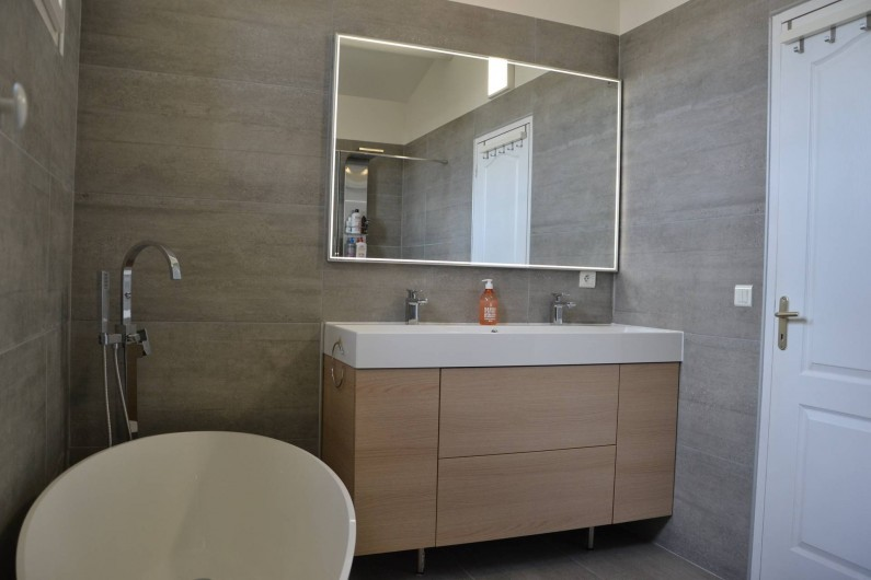 Location de vacances - Villa à Aix-en-Provence - Salle De Bain de 8 m2 au 1er étage avec baignoire ilot +meuble vasque de 120cm