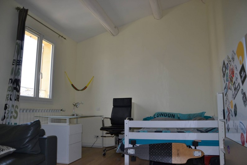 Location de vacances - Villa à Aix-en-Provence - Chambre 2 - exposée Sud - 17m2 avec lit 140cm+bureau+canapé+TV 127cm+placard