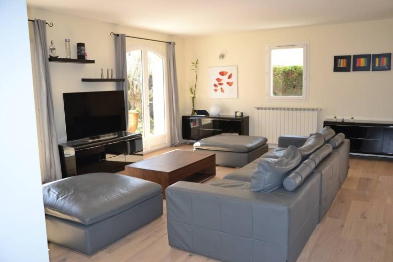 Location de vacances - Villa à Aix-en-Provence - Salon - Grand canapé 8 places avec 2 poufs, meubles et TV UHD - parquet en bois