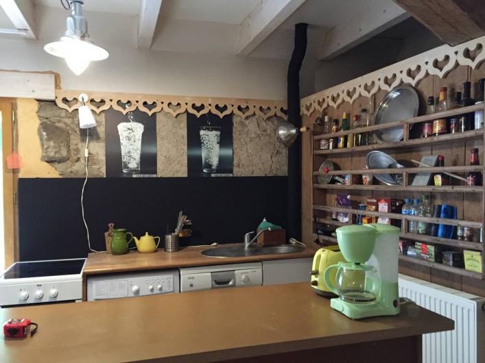 Location de vacances - Appartement à Thorens-Glières - Cuisine ouverte, cuisinière induction, lave linge, et lave vaisselle