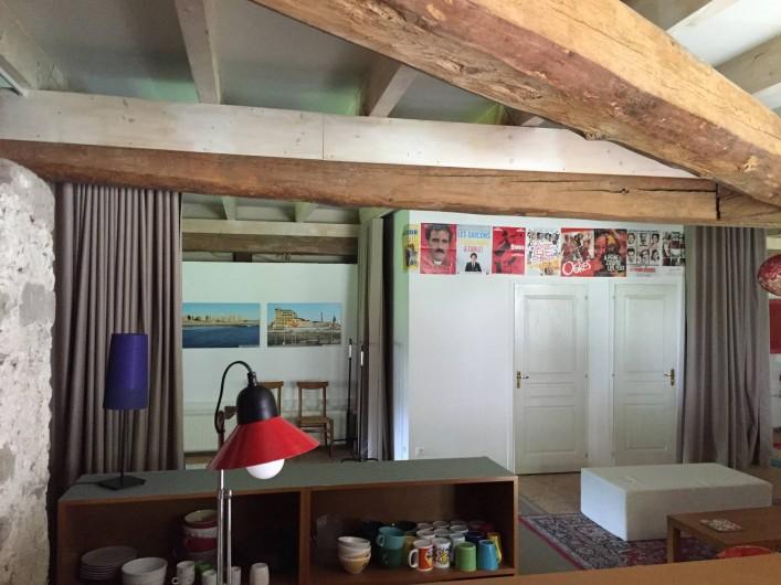 Location de vacances - Appartement à Thorens-Glières - A gauche la 2 ème chambre et les deux portes à droite, Salle de bain et WC