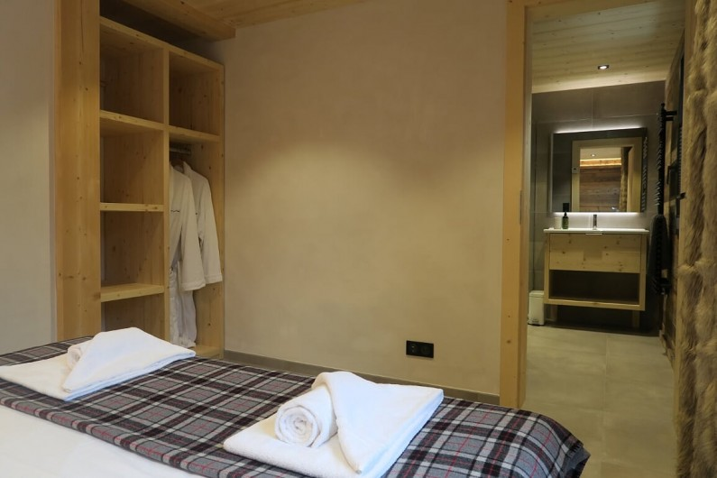 Location de vacances - Appartement à Les Gets - Chambre 1  Lit double , penderie et salle de douche avec toilette