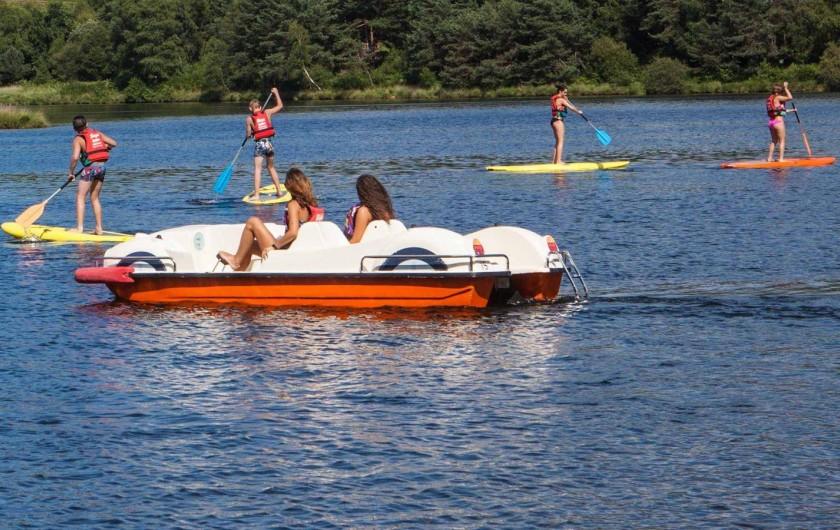 Location de vacances - Bungalow - Mobilhome à Beynat - Loisirs aquatique sur le lac, canoës-kayaks, pédalos, stand-up paddles.