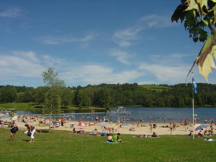 Location de vacances - Bungalow - Mobilhome à Beynat - Plage sable blanc, pavillon bleu d'Europe, plongeoir et toboggan.