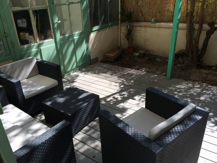 Location de vacances - Appartement à Marseille - Cour extérieure privative aménagée : terrasse en bois, salon