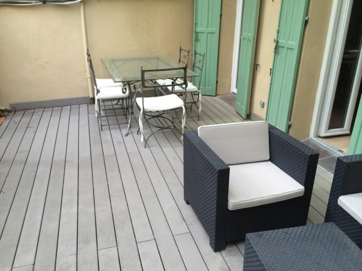 Location de vacances - Appartement à Marseille - Cour extérieure privative aménagée : terrasse en bois, salon, table