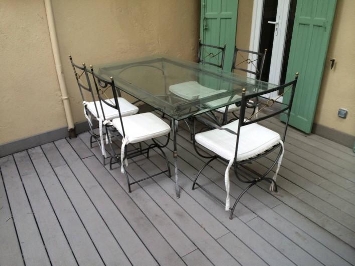 Location de vacances - Appartement à Marseille - Cour extérieure privative aménagée : terrasse en bois, table