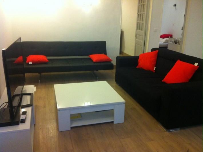 Location de vacances - Appartement à Marseille - Salon avec un canapé lit et un clic clac, table basse et TV 104 cm (box, wifi)