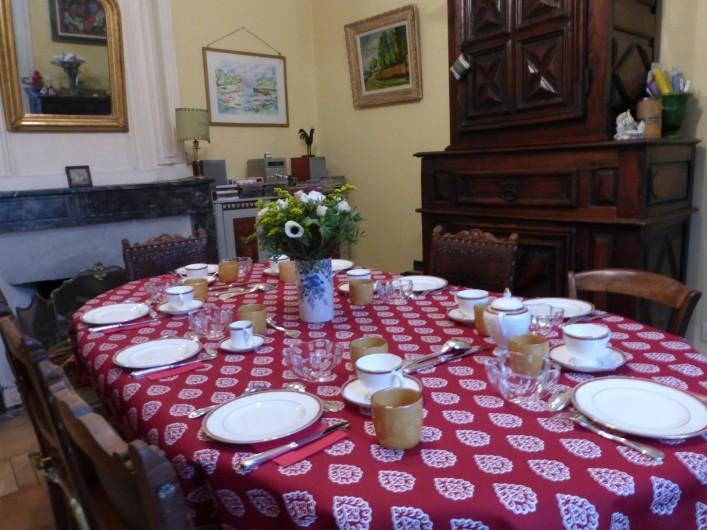 Location de vacances - Chambre d'hôtes à Montpellier - Le petit-déjeuner servi en hiver dans la salle-à-manger