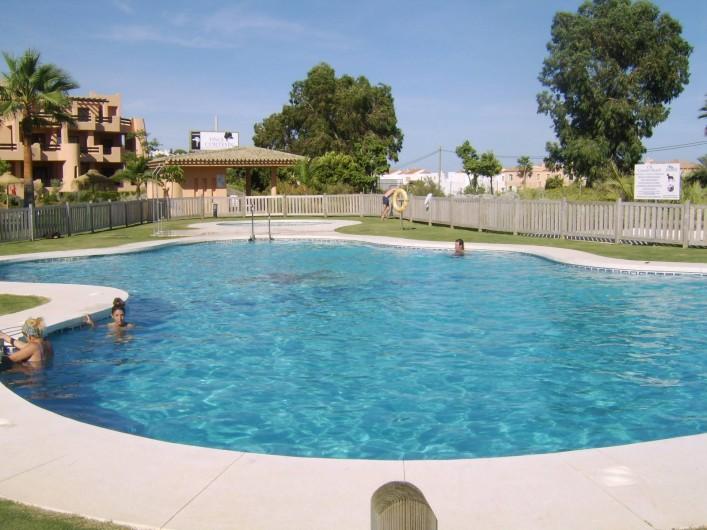 Location de vacances - Appartement à Marina de Casares - La piscine est commune, sécurisée par une clôture et dispose de toilettes