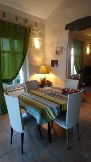 Location de vacances - Gîte à Bourg sur Gironde - vue de la salle à manger