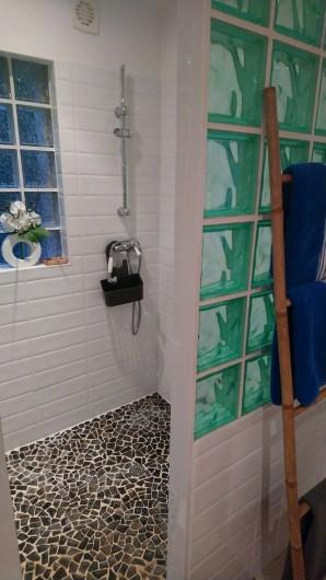 Location de vacances - Gîte à Bourg sur Gironde - Vue de la douche à l'italienne
