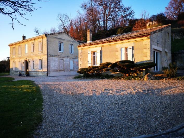 Location de vacances - Gîte à Bourg sur Gironde - Vue d'ensemble de la Villa et du Pavillon à droite