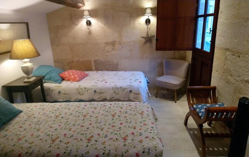 Location de vacances - Gîte à Bourg sur Gironde - Vue de l'étage, chambre n°2 2 lits 90x200