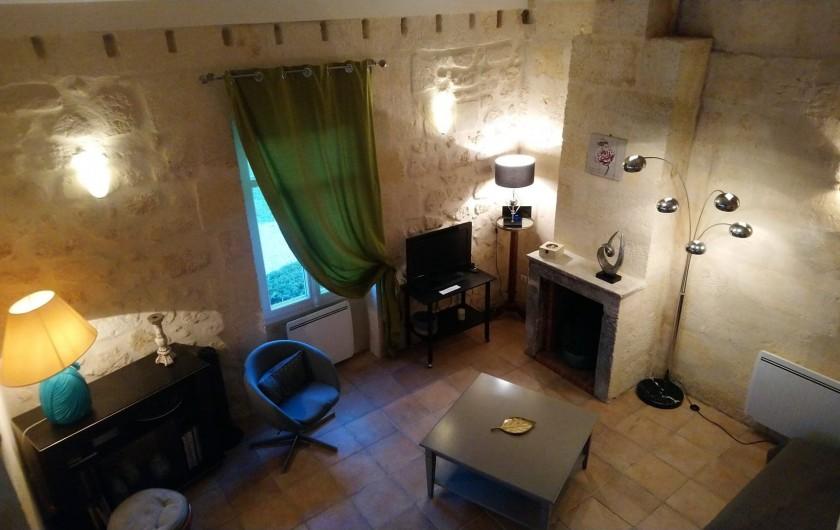 Location de vacances - Gîte à Bourg sur Gironde - Vue d'ensemble du salon depuis l'étage
