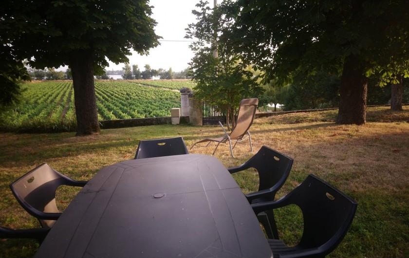 Location de vacances - Gîte à Bourg sur Gironde - Jardin en pelouse et coin repas extérieur privatif du pavillon