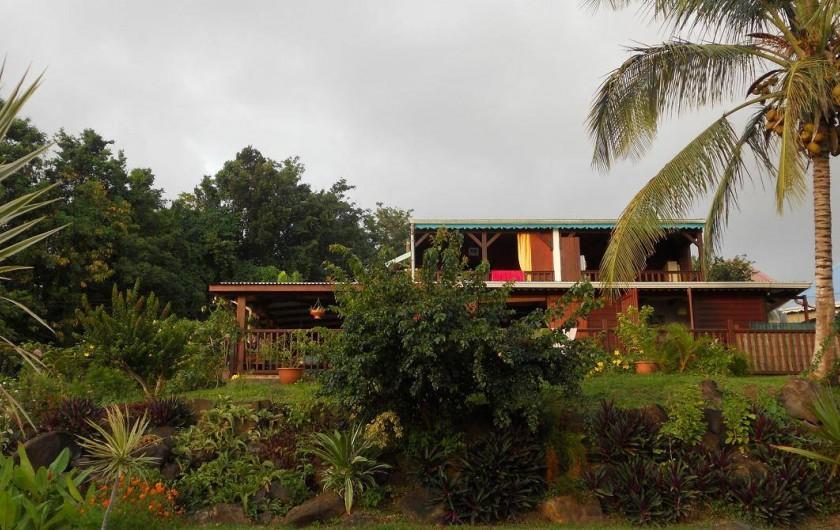 Location de vacances - Appartement à Deshaies - vue générale de la maison studio à l'étage