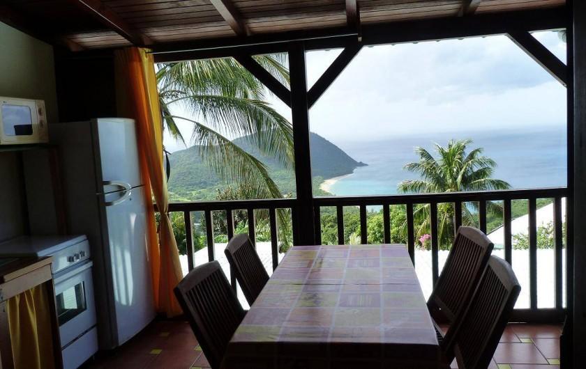 Location de vacances - Appartement à Deshaies - vue mer depuis la table