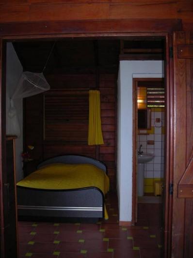 Location de vacances - Appartement à Deshaies - chambre ( lit 140 ) et salle d'eau