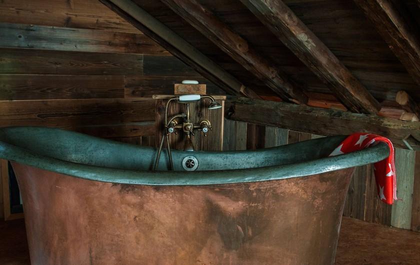 Location de vacances - Chalet à Saint-Gervais-les-Bains - Baignoire en cuivre sous les combles