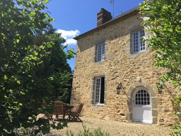 Location de vacances - Gîte à La Baconnière - Façade sud avec terrasse et mobilier de jardin