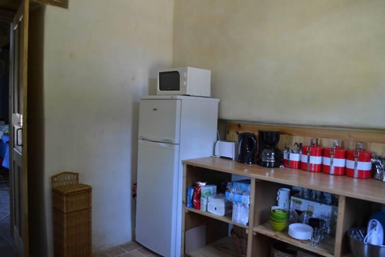 Location de vacances - Gîte à La Baconnière - Cuisine équipée (réfrigérateur, congélateur, micro ondes et sèche linge)
