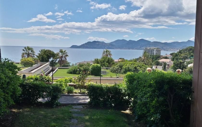 Location de vacances - Appartement à Cannes - Vue de la Terrasse ou du salon/cuisine,( sans grossissement...)