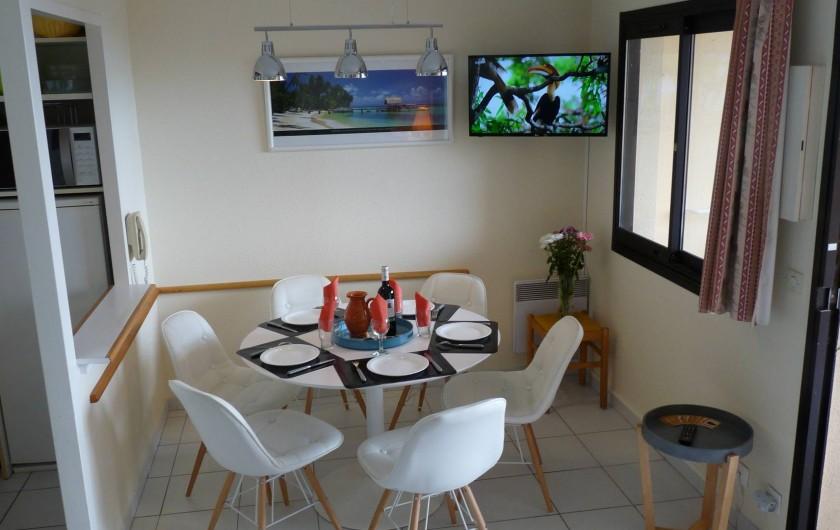 Location de vacances - Appartement à Cannes - ..Salle à manger 6 places (ou +) à gauche le coin cuisine.