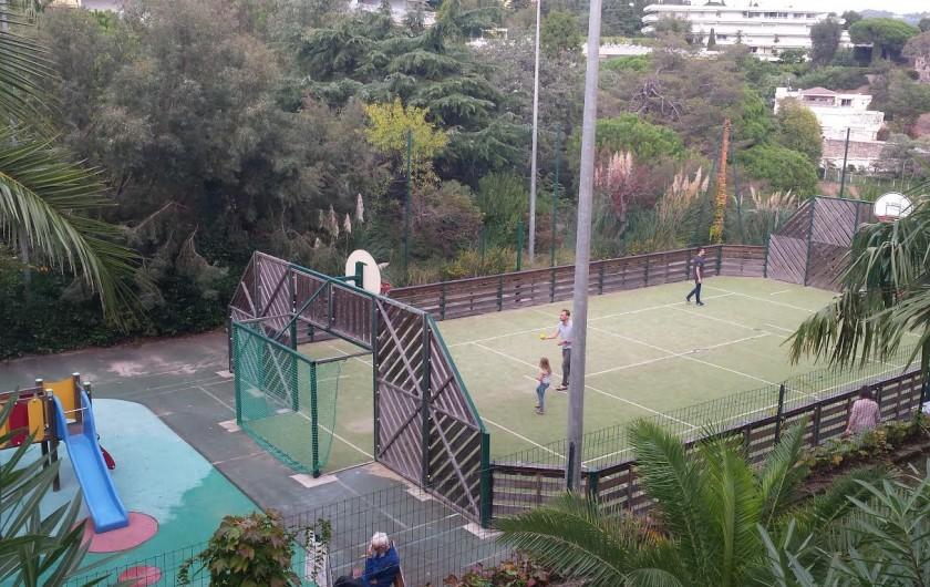 Location de vacances - Appartement à Cannes - Terrain multi-sport. (à côté, non visible, le terrain de tennis).