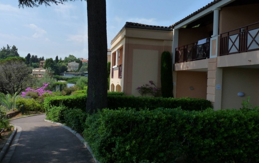 Location de vacances - Appartement à Cannes - Allée devant l'appartement (il est à droite).