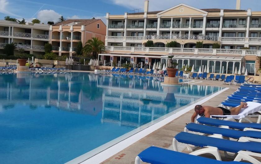 Location de vacances - Appartement à Cannes - Piscine de 1100m² à débordement devant le Bat. principale.