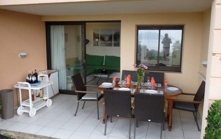 Location de vacances - Appartement à Cannes - La terrasse pouvant accueillir 8 personnes.