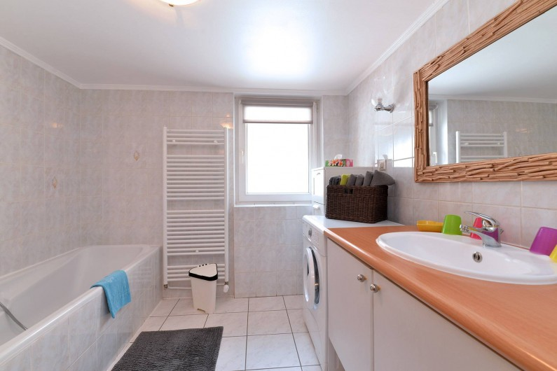 Location de vacances - Appartement à Eguisheim - dans la salle de bain il y a une baignoire et une douche