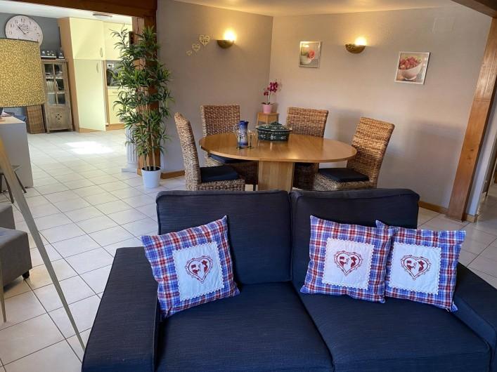 Location de vacances - Appartement à Eguisheim - grand salon séjour ouvert sur une cuisine équipée