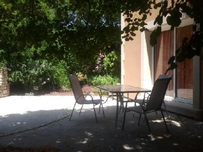 Location de vacances - Villa à Thueyts - grande baie vitrée  grand tilleul qui fait ombrage trés agréable