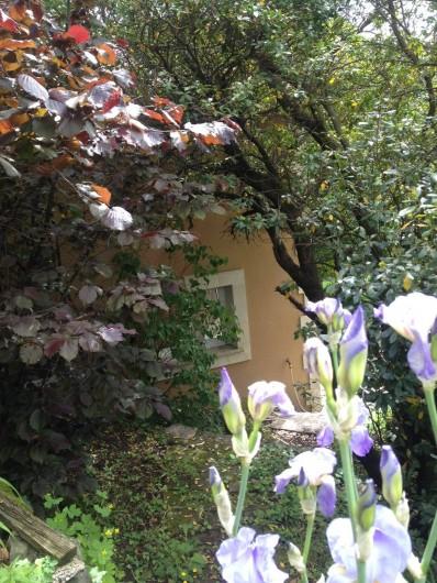 Location de vacances - Villa à Thueyts - façade Sud/Ouest on contourne la maison autre partie du jardin