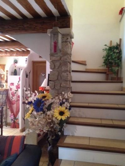 Location de vacances - Villa à Thueyts - montée d'escalier vers l'étage 3 chambres + 1 salle de bain/wc