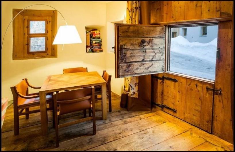 Location de vacances - Chalet à La Punt-Chamues-ch - Coin avec table de jeu