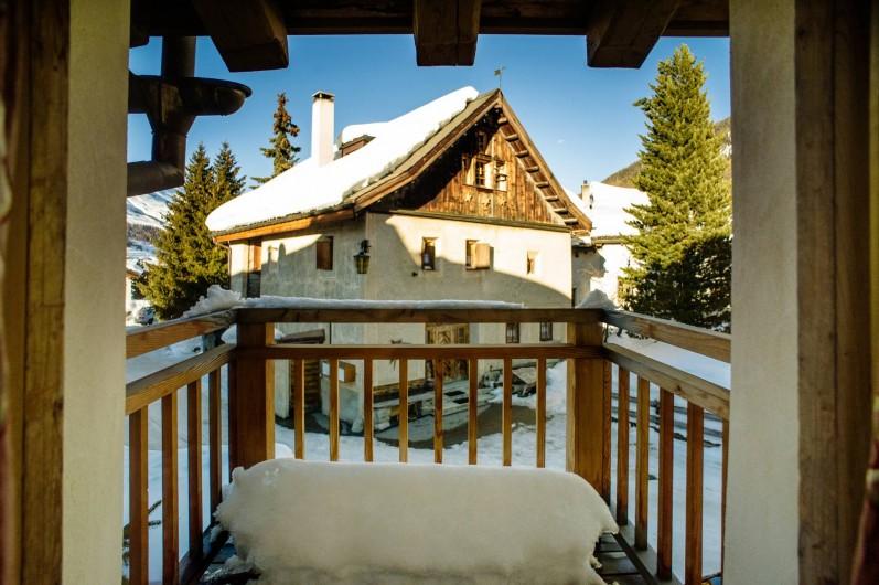 Location de vacances - Chalet à La Punt-Chamues-ch - Vu face Nord de la maison depuis la chambre double avec balcon