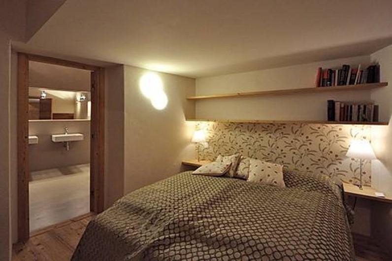 Location de vacances - Chalet à La Punt-Chamues-ch - Chambre matrimoniale avec salle de bain (douche et baignoire)