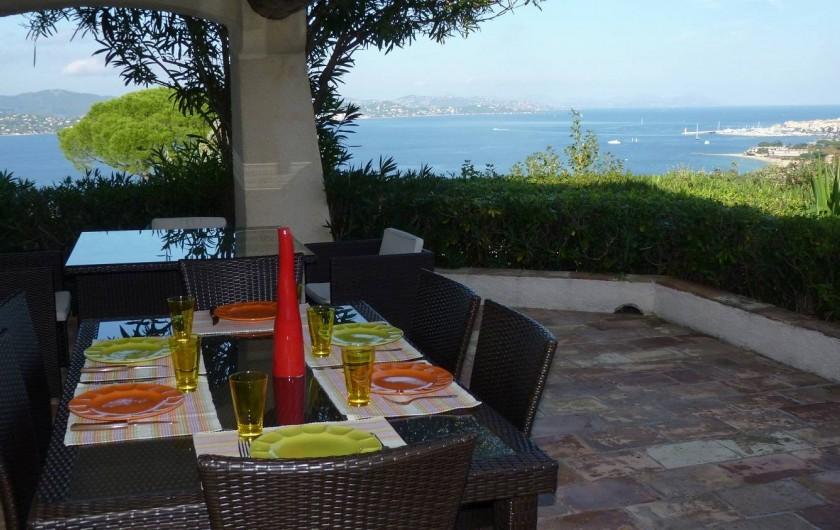 Location de vacances - Villa à Gassin - Terrasse pour les repas avec vue sur le golfe et Saint-Tropez