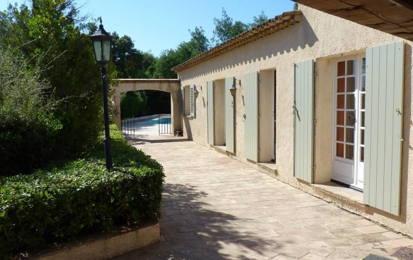 Location de vacances - Villa à Gassin - Allée qui va de la terrasse à la piscine