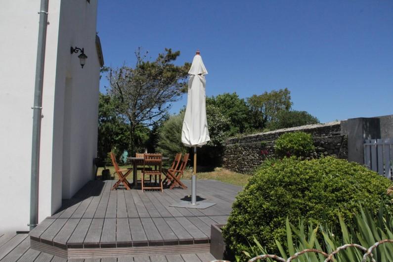 Location de vacances - Villa à Primelin - Terrasse en bois exotique. Orientée EST : ensoleillement de fin de matinée.
