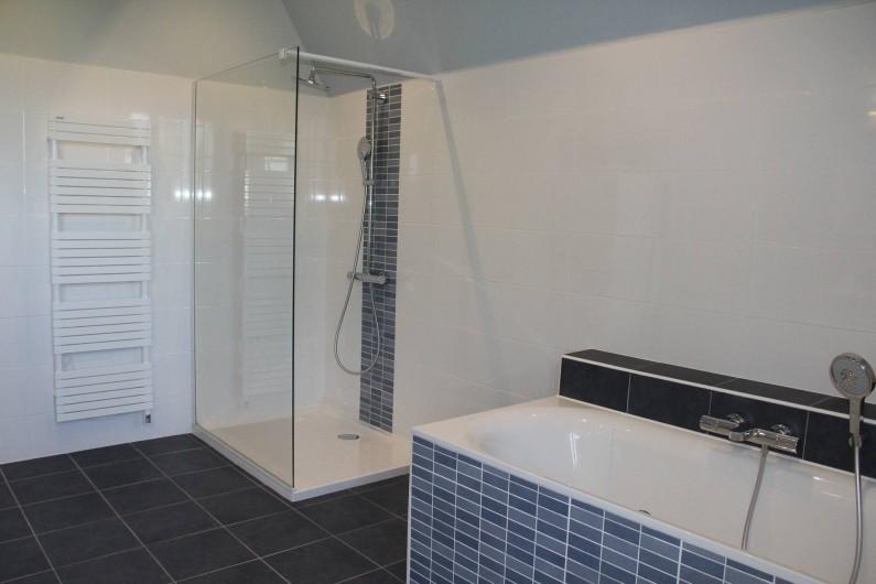 Location de vacances - Villa à Primelin - Grande salle de bain avec douche (120x90), baignoire et double vasque.